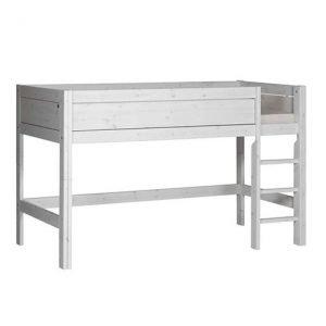 Halbhohes Bett mit gerader Leiter