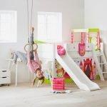flexa halbhohes bett mit rutsche und schräger leiter Stimmungsbild Mädchen Kinderzimmer