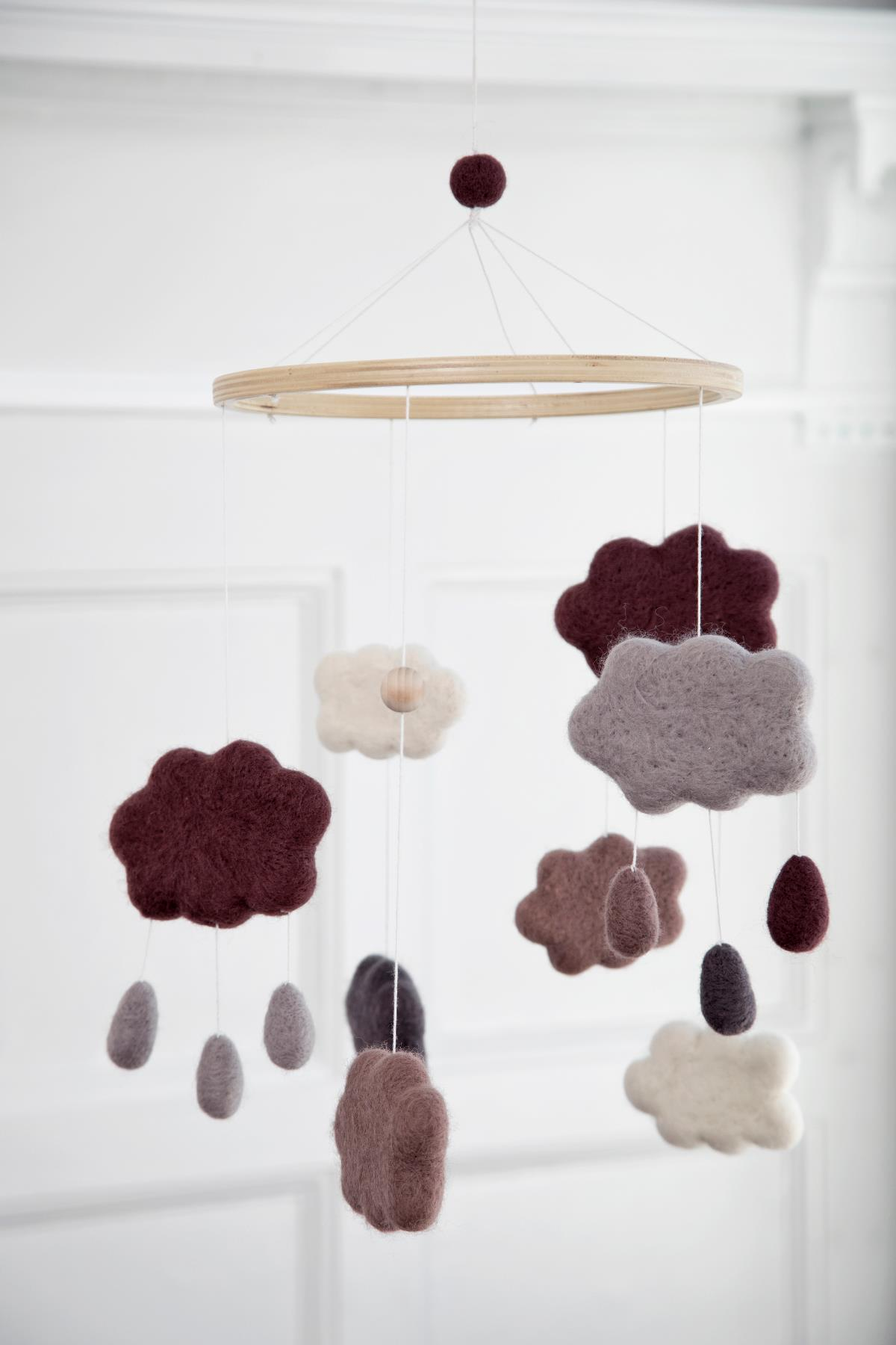 wolkenmobile aus filz pflaume von sebra interior bei panda. Black Bedroom Furniture Sets. Home Design Ideas